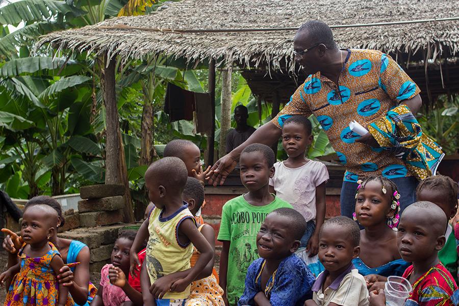 Desiré Kouakou Tanoh con un grupo de niños en Grand Lahou