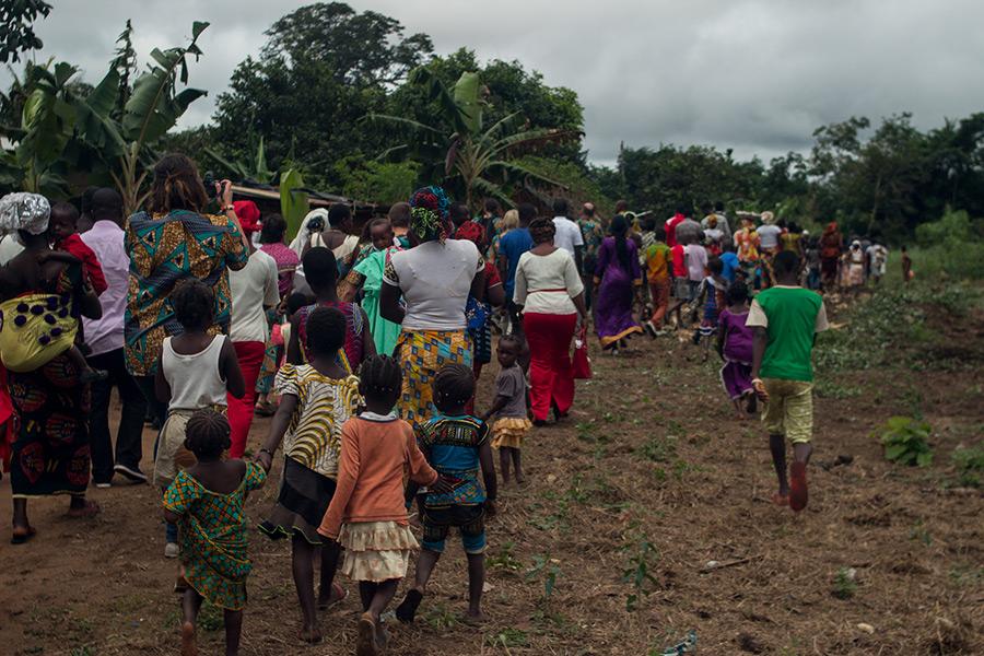 El pueblo de Nandibou acompaña a la delegación de Égueire que visita la maternidad en agosto de 2016