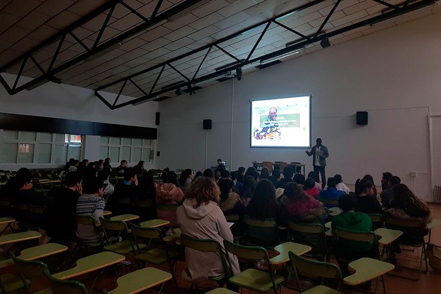 Charla de Desire Kouakou a los estudiantes del IES Eduardo Pondal