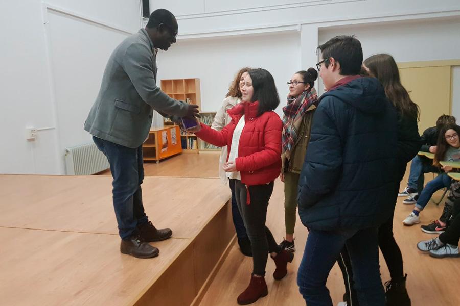Los estudiantes del IES Eduardo Pondal entregan un donativo a Desire Kouakou,  presidente de Egueire